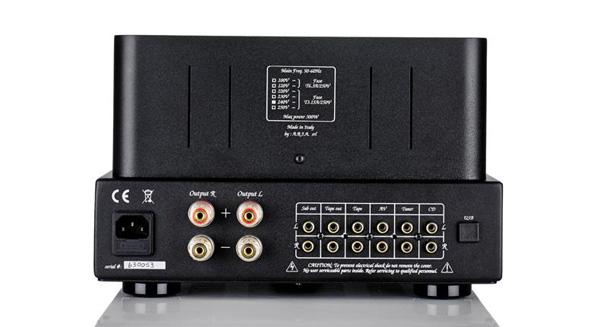 Thiết kế ngõ vào bao gồm 4 ngõ RCA, được mạ vàng giúp tiếp xúc tốt nhất với jack cắm